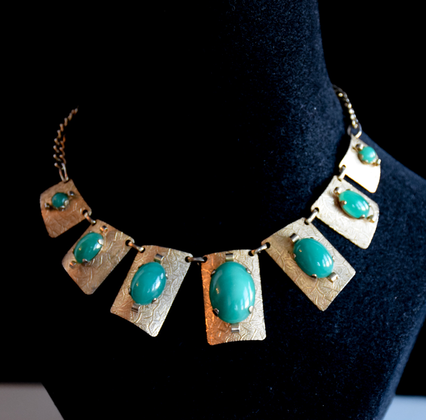 1940 S Gold Tone Necklace With Green Glass Stones